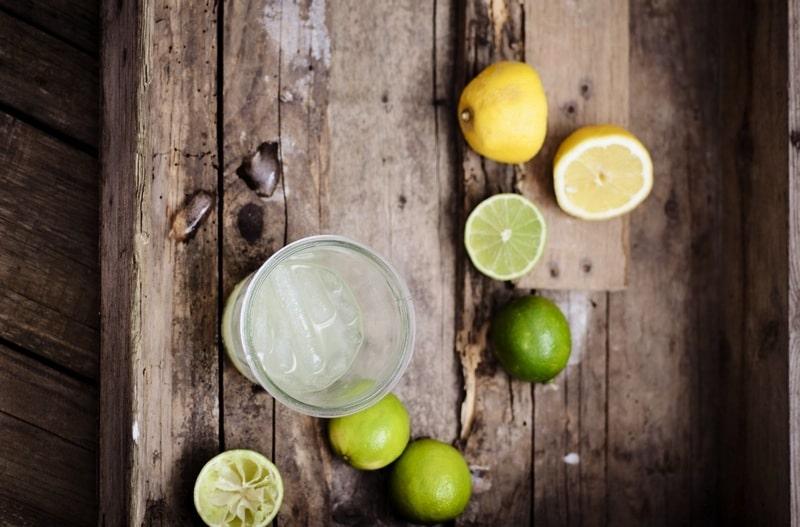 Entgiften am Morgen mit Zitronenwasser