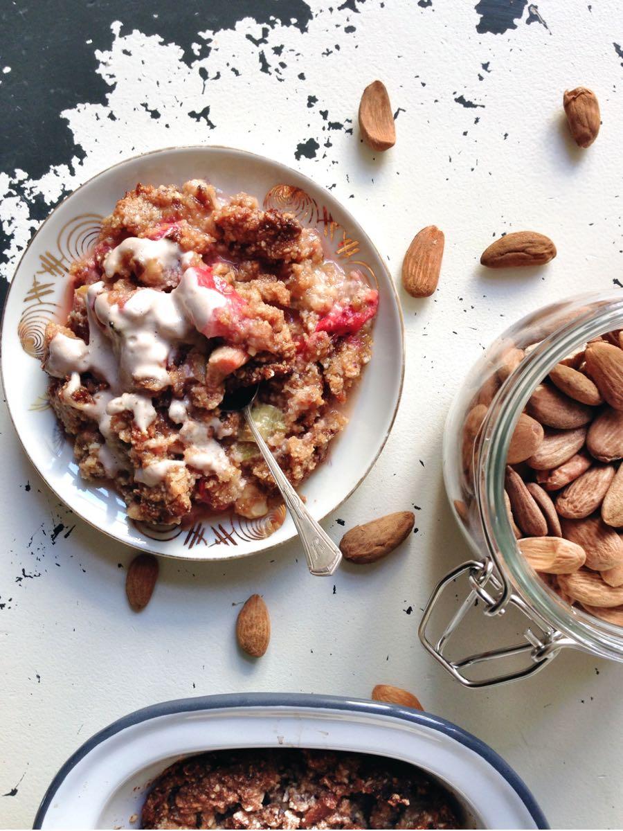 Glutenfreier Erdbeer Rhabarber Crumble ohne Zucker gesundes Rezept Vorschau
