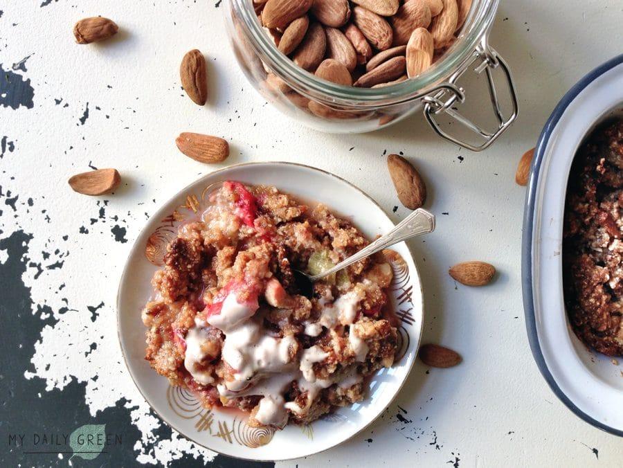 Glutenfreier Erdbeer Rhabarber Crumble ohne Zucker gesundes Rezept