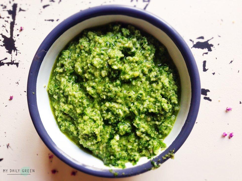 Schuessel mit Gesundes gruenes Pesto selber machen