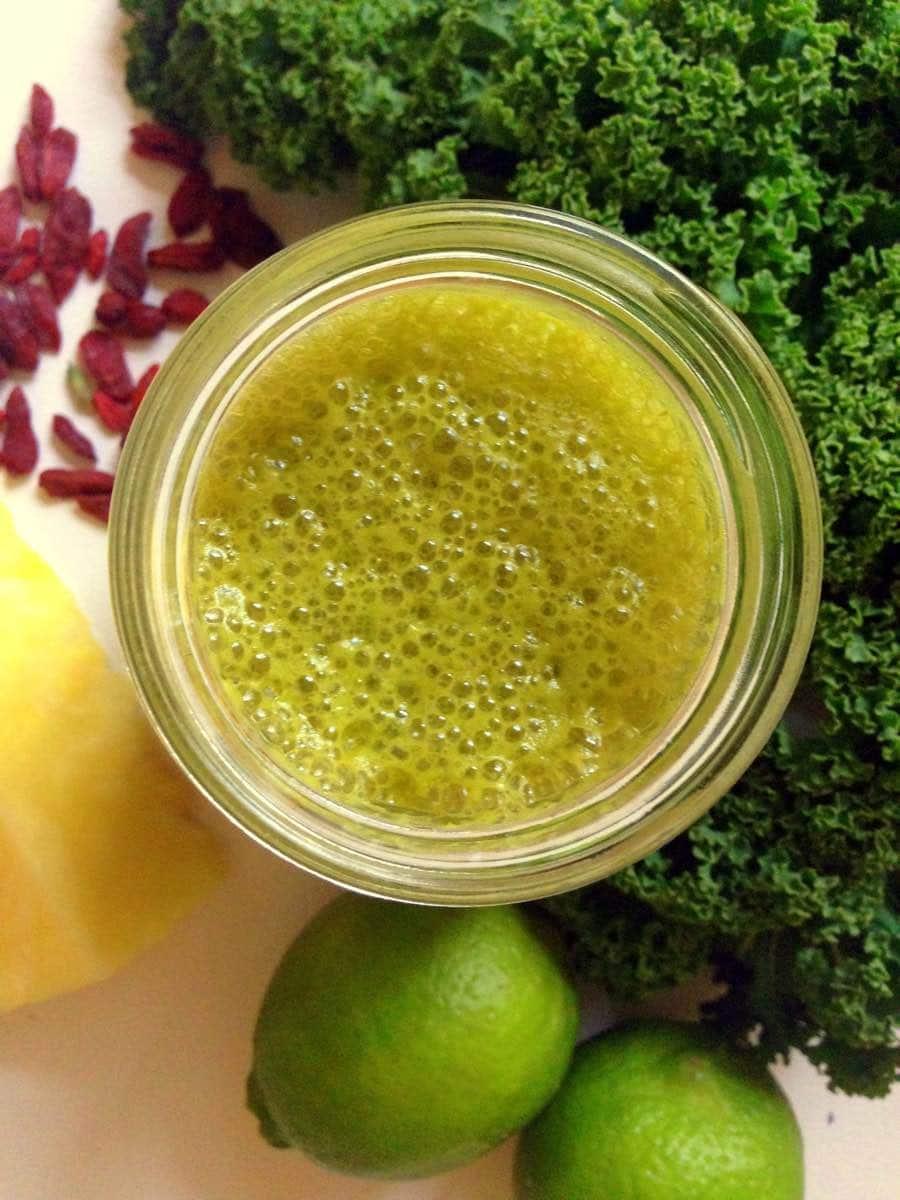 Glas mit Neujahrs Detox smoothie mit Kohl Limetten Ananas Gojibeeren Vorschau