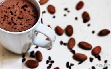 Tasse mit Kokos-Kakao ohne Zucker