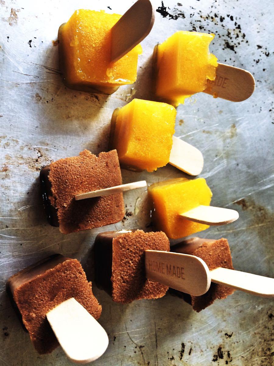 Gesunde Eiswuerfel am Stiel ohne Zucker