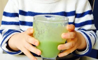 Kind trinkt grünen Smoothie
