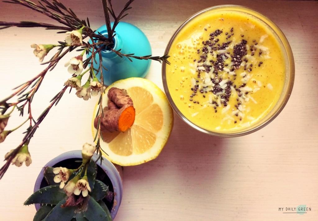 Ananas-Kurkuma-Smoothie mit Blumen