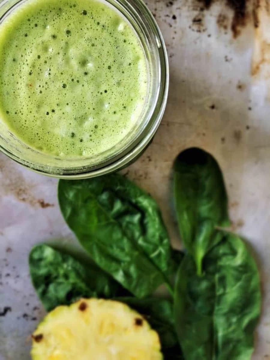 Glas mit gruenem frischen gesunden Saft
